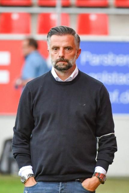 Trainer Tomas Oral (FC Ingolstadt 04) nachdenklich und angespannt vor dem Spiel beim Spiel FC Ingolstadt 04 gegen 1. FC