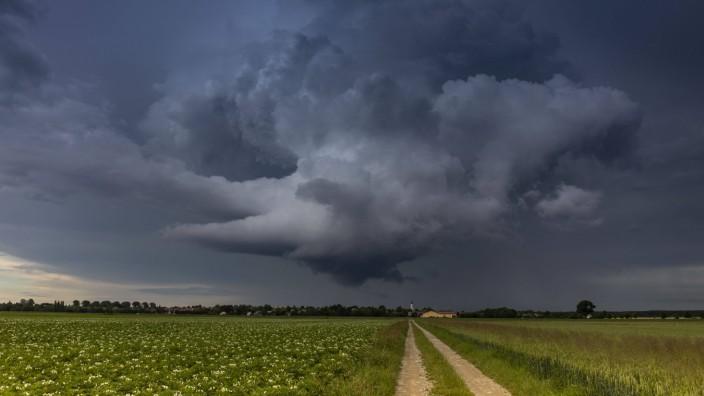 200702 Unwetter. Schwere Unwetter wüten aktuell um München. Besonders heftig traf es Holzkirchen. Die B 318 wurden fast