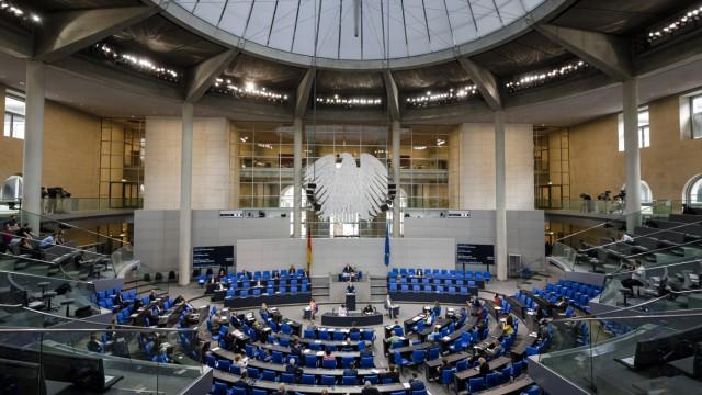 Bundeslandwirtschaftsministerin Julia Kloeckner, CDU, spricht im Deutschen Bundestag zum Thema Artgerechte Nutztierhaltu