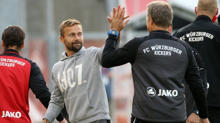v.li.: Dominic Baumann (FC Würzburger Kickers), Trainer Michael Schiele (FC Würzburger Kickers) klatscht mit Co-Trainer; Fußball - Würzburger Kickers - Trainer Michael Schiele