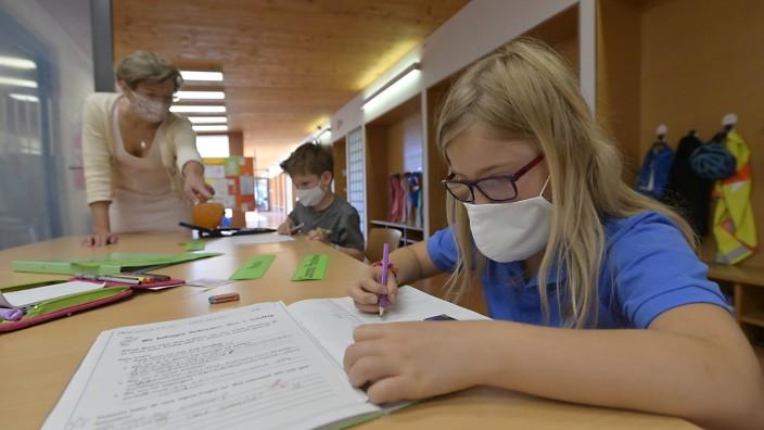 Coronavirus und Schule: Wenn Rektorin Konstanze von Unold (links) den Kindern im Unterricht nahe kommt, tragen alle eine Maske.