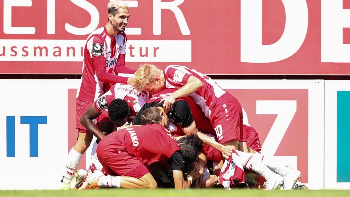 FC Wuerzburger Kickers v Hallescher FC - 3. Liga