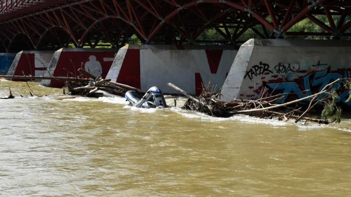 Gekentertes Schlauchboot an der Thalkirchner Brücke
