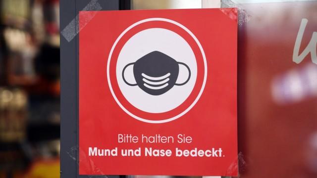 Maskenpflicht in einem Geschäft in Stralsund