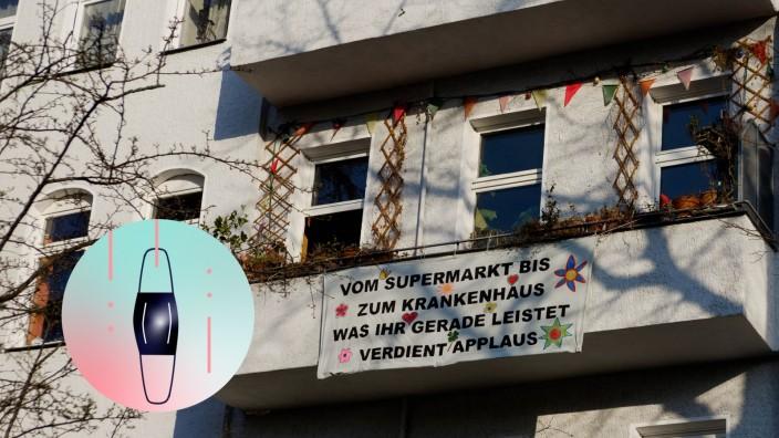 SolidaritâÄ°tsbekundung f¸r Krankenhaus- und Supermarktpersonal in Berlin-Kreuzberg zu Zeiten von Covid-19 Auf einem Trans