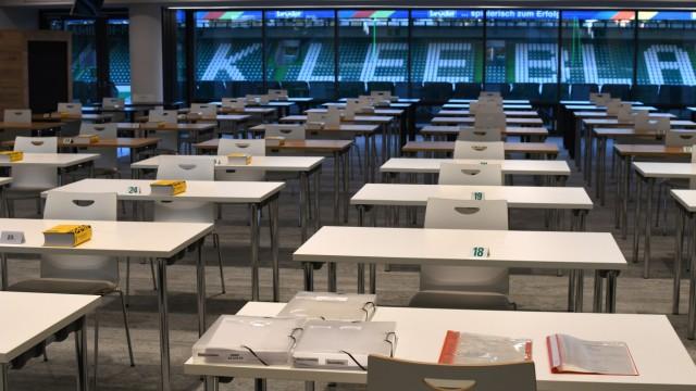Realschüler schreiben Prüfungen bei Greuther Fürth