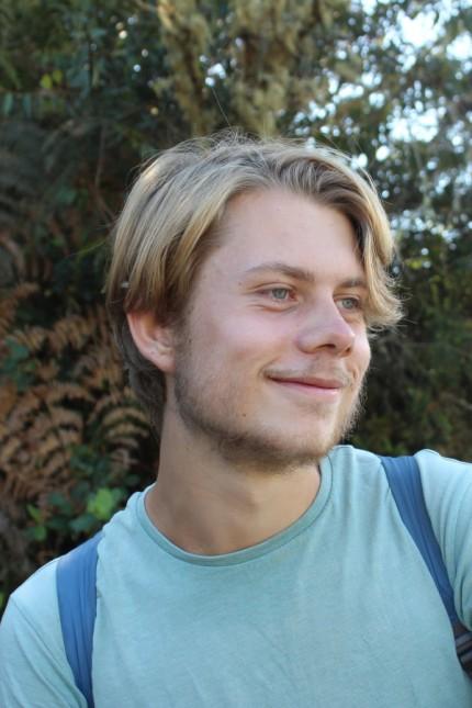"""Jonas Hoyer, ehemaliger Schüler am Gymnasium Neubiberg, der beim Theaterstück """"Die heilige Johanna der Schlachthöfe"""" mitspielte"""