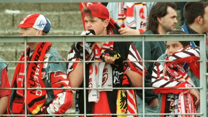 1. FC Nürnberg: Fans nach dem Abstieg aus der 2. Liga 1996