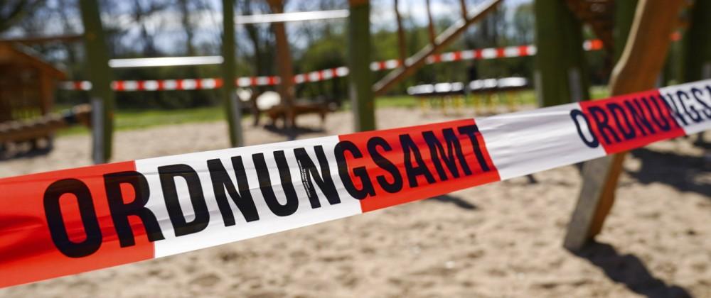 Durch das Ordnungsamt geschlossener Kinderspielplatz. Köln, 02.04.2020 *** Childrens playground closed by the public ord