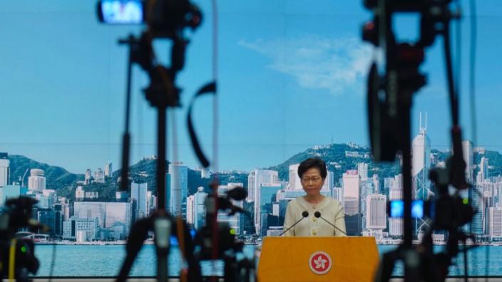 """Hongkong: """"Eher mild"""": Hongkongs Regierungschefin Carrie Lam verteidigt vor der Presse das umstrittene Sicherheitsgesetz."""