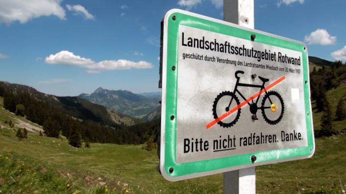 Rasante Abfahrten und eigene Trails erwarten Mountainbiker heutzutage, sagen Experten. Gibt es diese nicht, kommen sie Wanderern, Almbauern und Naturschützern in die Quere.