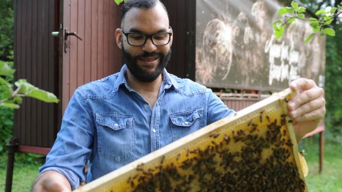 """Bienen und Beats: Seine Bienenvölker wohnen bei Edward Obika im Garten in einem alten Bauwagen. Dort dachte er zum ersten Mal an ein Album """"made of honey""""."""