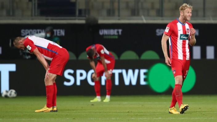 Bundesliga-Relegation 2020: Niedergeschlagene Spieler des 1. FC Heidenheim