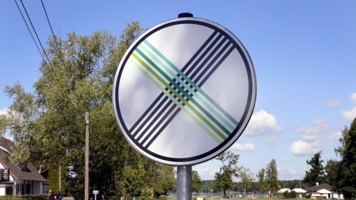 Umdekorierte Verkehrsschilder in Wörthsee