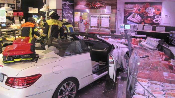 Eine 76-Jährige ist mit ihrem Auto in eine Metzgerei im Landkreis München gefahren und hat dabei sich und drei Kunden verletzt.