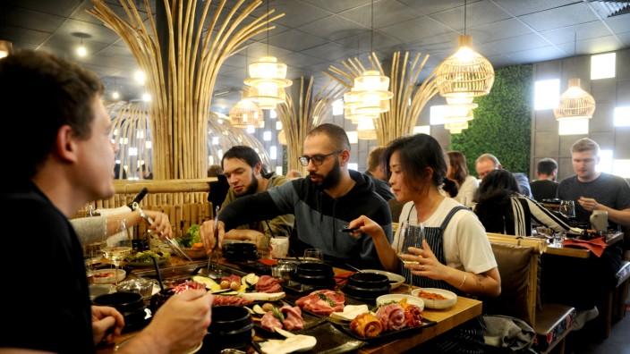 Yumira: Es gibt auch eine umfangreiche Speisekarte, aber in Wahrheit geht es im Restaurant Yumira nur um eines: Barbecue.