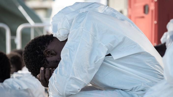 Flüchtlinge: Migrant an Bord eines Rettungsschiffes