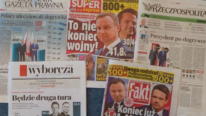 """Deutsch-polnische Beziehungen: Polens Regierungspartei PiS versucht, kritische Medien wie das Boulevardblatt """"Fakt"""" oder die Tageszeitung """"Gazeta Wyborcza"""" zu gängeln."""