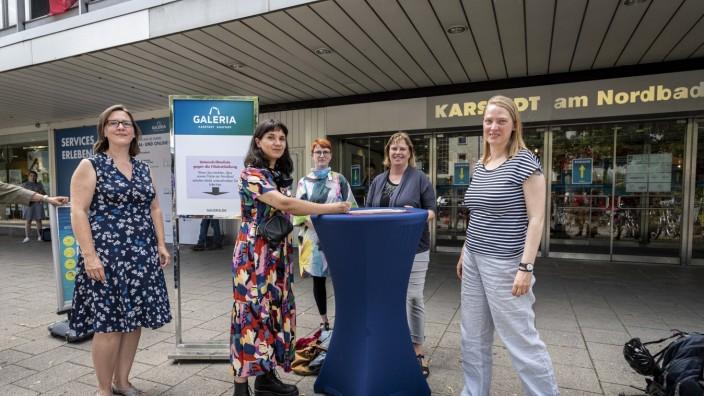 Karstadt am Nordbad: Alle für einen (von links): Sonja Brkic, Claudia Djabbari-Heilgemeir, Karin Kübler (Betriebsratsvorsitzende), Ruth Waldmann (SPD) und Simone Burger (SPD) setzen sich am Donnerstag für die Rettung des Karstadt am Nordbad ein.
