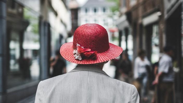 Rentnerin in einer Fußgängerzone