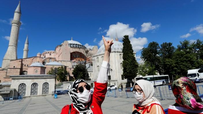 Türkei: Eine Frau jubelt über ein Gerichtsurteil vor der Hagia Sophia in Istanbul