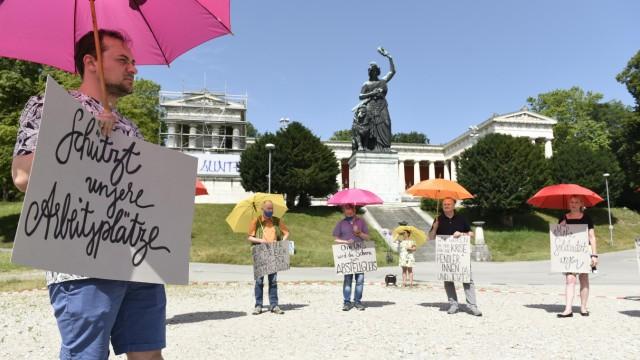 Aktion Schutzschirm - aufgespannte Sonnenschirme als Zeichen gegen Kurzarbeit und Arbeitslosigkeit
