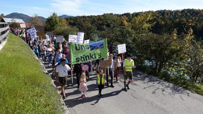 """Demonstration in Walchensee unter dem Motto: """"Uns stinkt`s"""""""