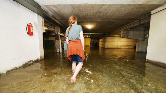 Franziska von Gagern watet im Grundwasser durch ihren überschwemmten Keller in Schwabing.
