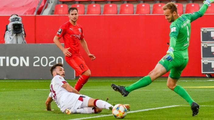 das entscheidene Tor zum Klassenerhalt durch Fabian Schleusener (1. FC Nuernberg), Torwart Marco Knaller (FC Ingolstadt; Nürnberg