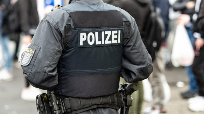 Hessen: Ein Polizist bei einer Razzia in Kassel