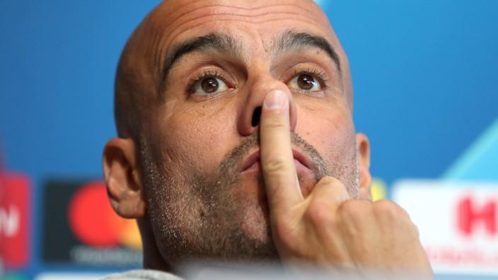 Manchester City: Trainer Pep Guardiola bei einer Pressekonferenz