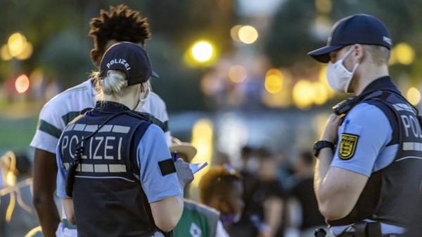 Massives Polizeiaufgabe am Eckensee in Stuttgart. Dort war die Keimzelle der Krawalle vom Samstag zuvor. Der von der Pol