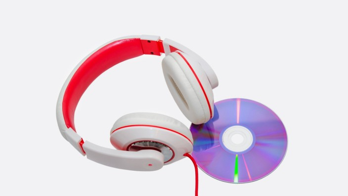 Vivid classic wired headphones and compact disc isolated on white PUBLICATIONxINxGERxSUIxAUTxONLY Co