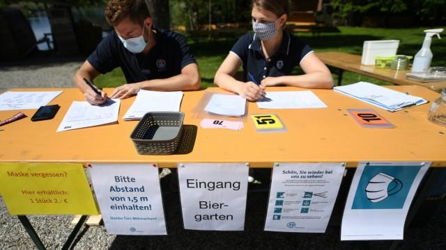 Wirte in Bayern müssen strenge Hygiene- und Abstandsregeln beachten, wenn sie Gäste bewirten. Das nutzt nun die Polizei.
