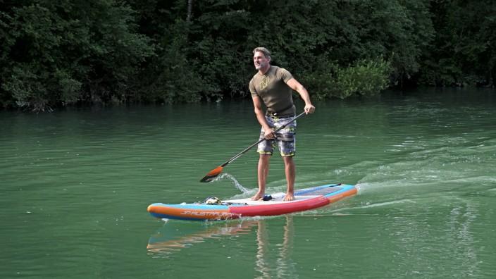 Zwischen Eschenlohe und Farchant: Für sauberes Wasser und eine saubere Natur setzt sich der Stand-up-Paddler André Wacke ein.