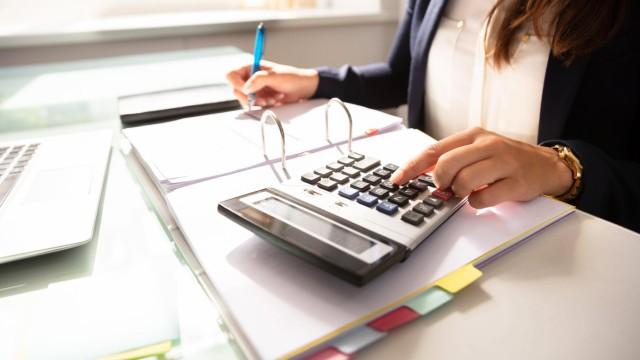 Businesswoman Calculating Invoice model released Symbolfoto PUBLICATIONxINxGERxSUIxAUTxONLY Copyr