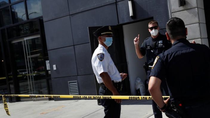 USA: Polizisten vor einem Gebäude in dem der Manager Fahim Saleh ermordet wurde