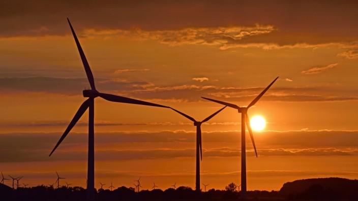 Winderrader bei Sonnenuntergang, Deutschland, Niedersachsen windwheels at sunset, Germany, Lower Saxony BLWS544322 Copy