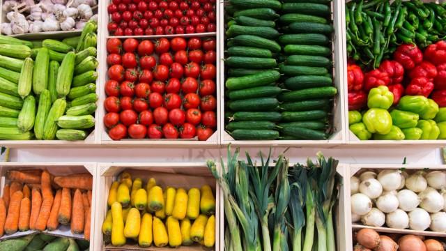 Ernährung. Auslage von Obst und Gemüse