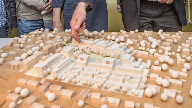Gauting: Zu groß geplant? Auf die Initiative von fünf Fraktionen hin will Gauting das Projekt im Westen des Orts überdenken. Hier ein Modell des Wohngebiets.