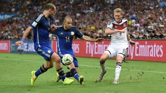FUSSBALL WM 2014 FINALE Deutschland - Argentinien 13.07.2014 Andre Schürrle (re, Deutschland) bereitet mit dieser Flank; Schürrle