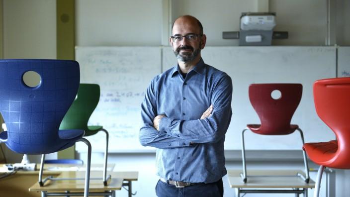 Corona-Krise: Recht still ist es in diesen Tagen an der Wilhelm-Busch-Realschule in Perlach, wie ihr Leiter Konrad Brunner erzählt. Er ist derzeit vor allem mit Verwaltungsarbeiten beschäftigt.