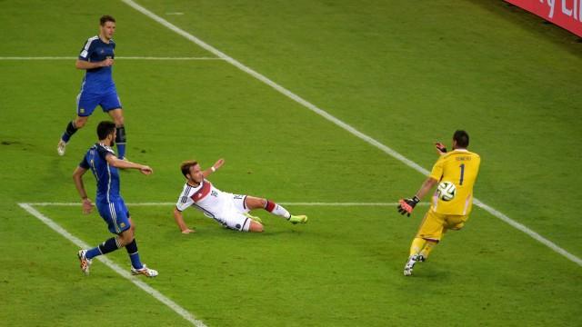 GÖTZE Mario Team Deutschland schiesst das 1 : 0 für Deutschland rechts Torwart ROMERO Sergio FIFA Fussball Weltmeisters