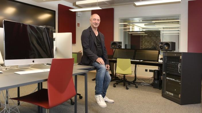 Musikschule Unterföhring: Jetzt freut sich Musikschulleiter Johannes Mecke nicht nur über das neue Tonstudio, sondern alle wieder bespielbaren Kursräume.