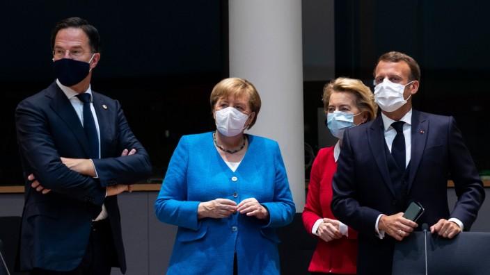 EU-Sondergipfel: Rutte, Merkel, von der Leyen, Macron (von links): Gelingt am Sonntagabend noch eine Einigung?