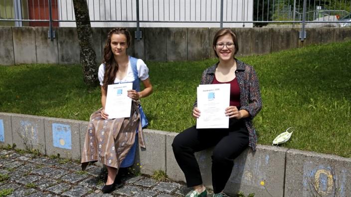 Schulleben: Vorbildliche Schülerinnen: Charlotte Brandt (li.) und Sophia Jellemar.