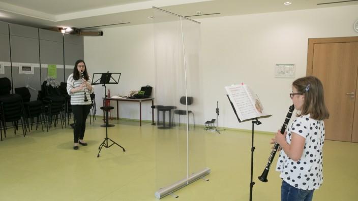 Musikstunde zu Zeiten von Corona, Musikschule Neuried. Klarinettenunterricht mit Marion Strutynski (Lehrerin) und Ida Werner (Schülerin)