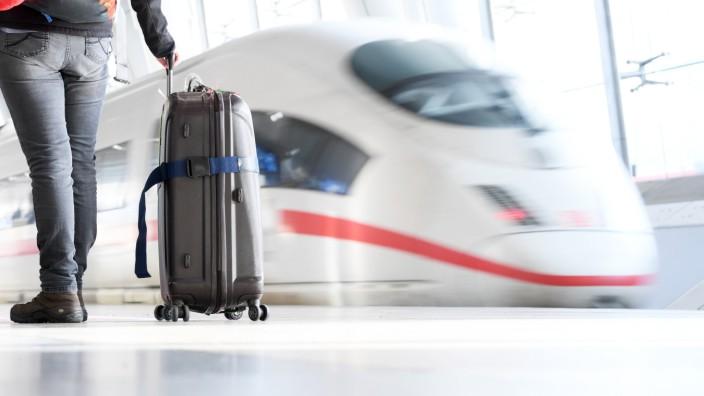 Deutsche Bahn: ICE fährt in einen Bahnhof ein