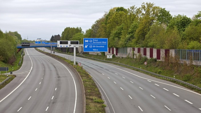 Autobahn A 40 ohne Autos, Lockdown in der Coronakrise 2020, Deutschland, Nordrhein-Westfalen, Ruhrgebiet, Dortmund empty