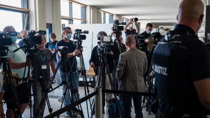 Anschlag in Halle: Journalisten und Kamerateams vor dem Gerichtssaal